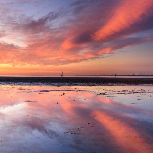Zeilboot tijdens zonsondergang