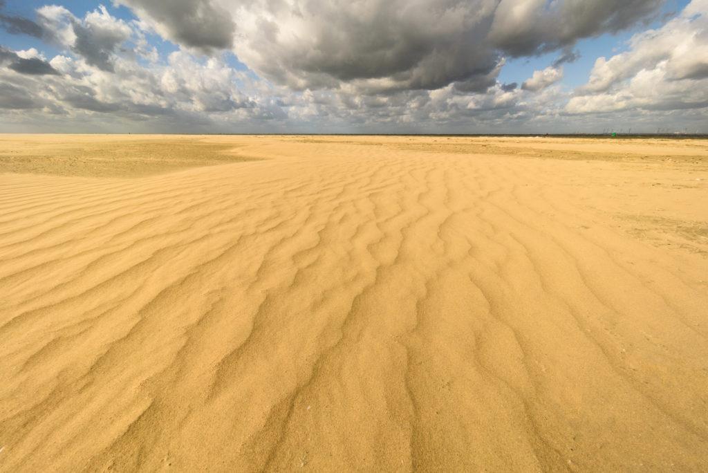 Ribbels in het zand door de harde wind in de Kwade Hoek.